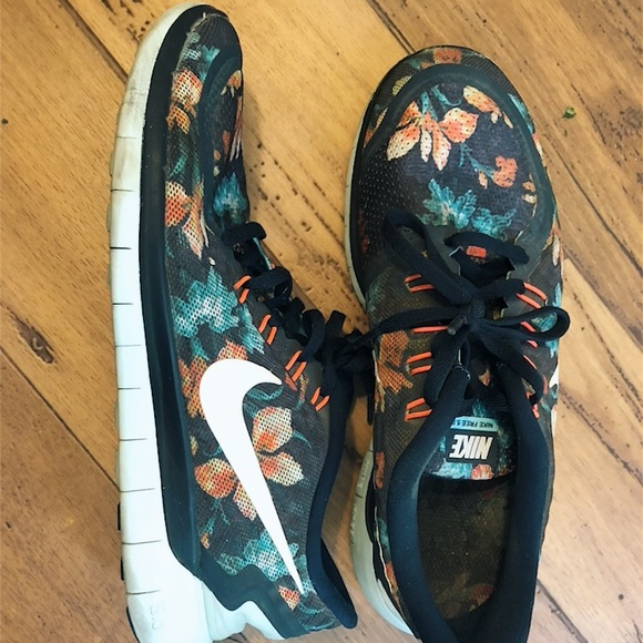 Women s Nike flower pattern running shoes 8.5. M 5bf1dc993c98446cd548c3e2 9c4858575